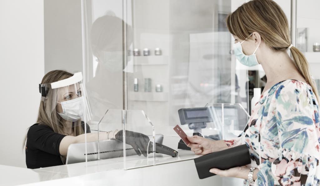 Die Vorgaben für Abtrennungen im Kundenbereich in der SARS-CoV-2-Arbeitsschutzrichtlinie wurden ein wenig präzisiert