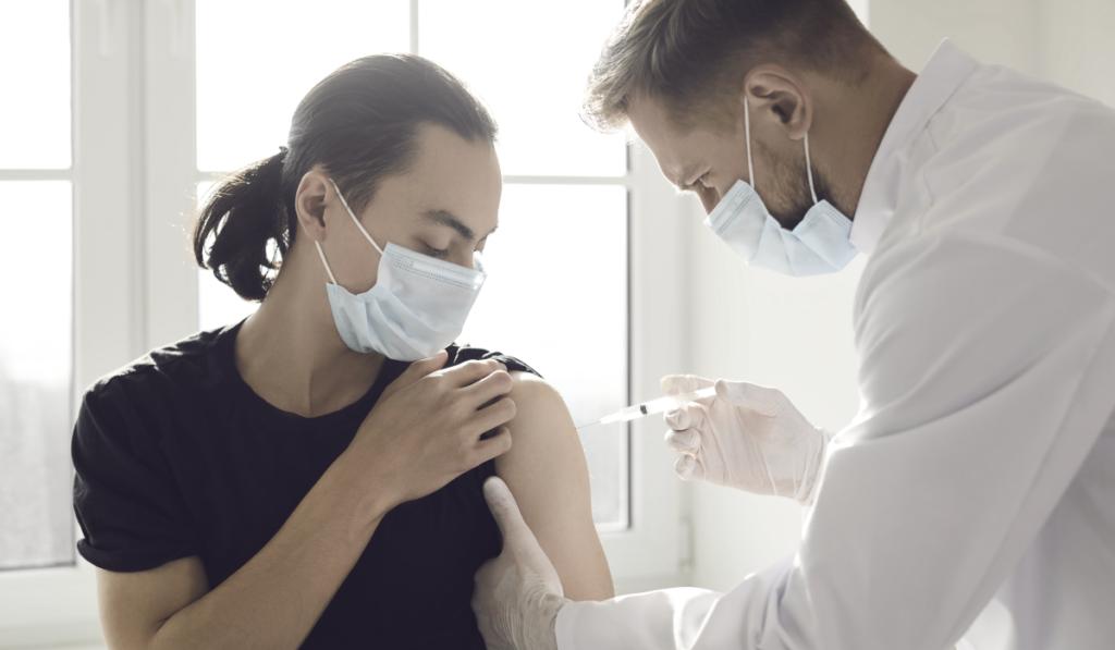 Vollständig geimpfte Beschäftigten muss kein Coronatest mehr angeboten werden. - Das ist eine Änderung der überarbeiteten SARS-CoV-2-Arbeitsschutzverordnung